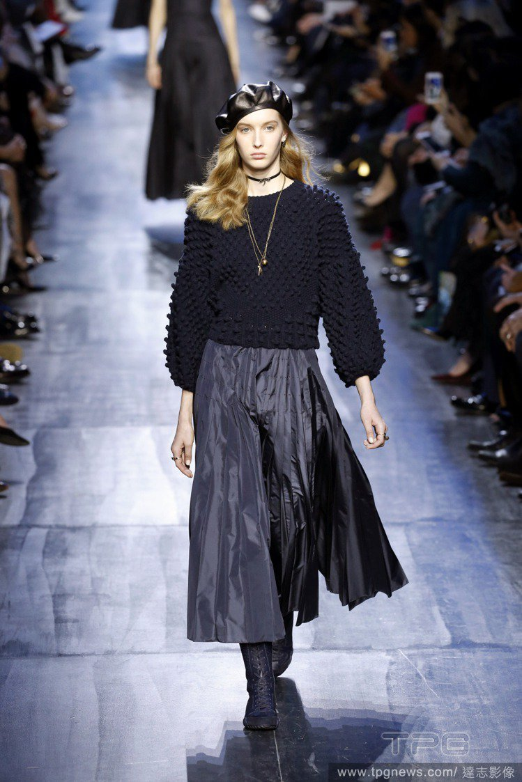 Dior秋冬女裝呈現深邃午夜藍。圖/達志影像