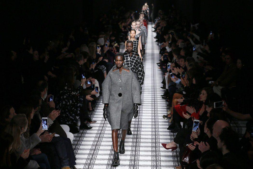 模特兒在2015年3月巴黎時裝周展示美國設計師王大仁為巴黎世家設計的服裝。 (歐...