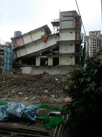 張先生的房子因建商拆除樓下樓層梁柱而垮下。圖/張姓屋主提供