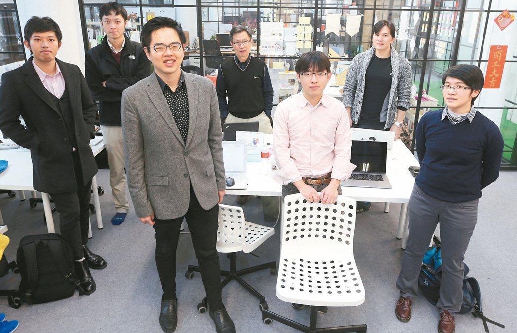 大數軟體執行長丘祐瑋(左三)與工作團隊。 記者侯永全/攝影