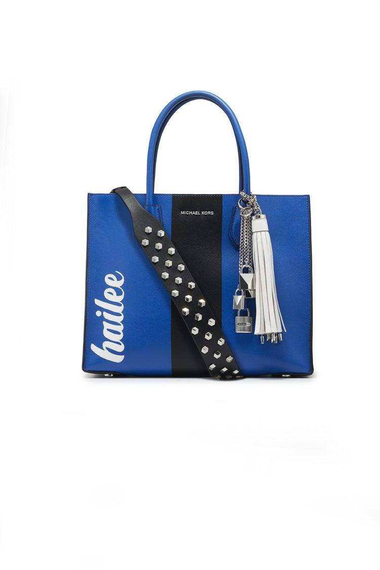 海莉史坦菲德款的Mercer包搭配鉚釘皮背帶。圖/MICHAEL KORS提供