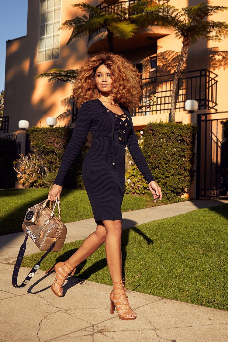 美國歌手Jillian Hervey演繹符合她特質的金色Mercer系列包款。圖...