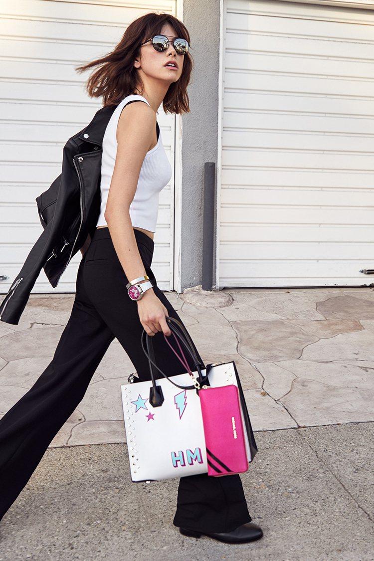 森星手持Mercer包款在陽光加州展現街頭風尚。圖/MICHAEL KORS提供