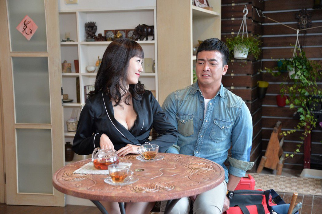 巴鈺(左)與李沛旭十年後再度交手,她深溝相迎  圖/三立提供