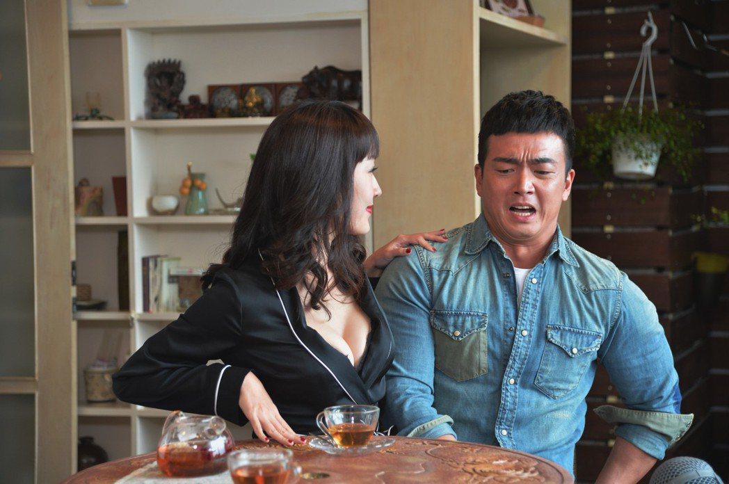 巴鈺(左)與李沛旭十年後再度交手,她深溝相迎。圖/三立提供