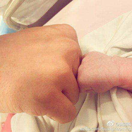 黃曉明日前才迎接兒子「小海綿」。圖/取自於微博