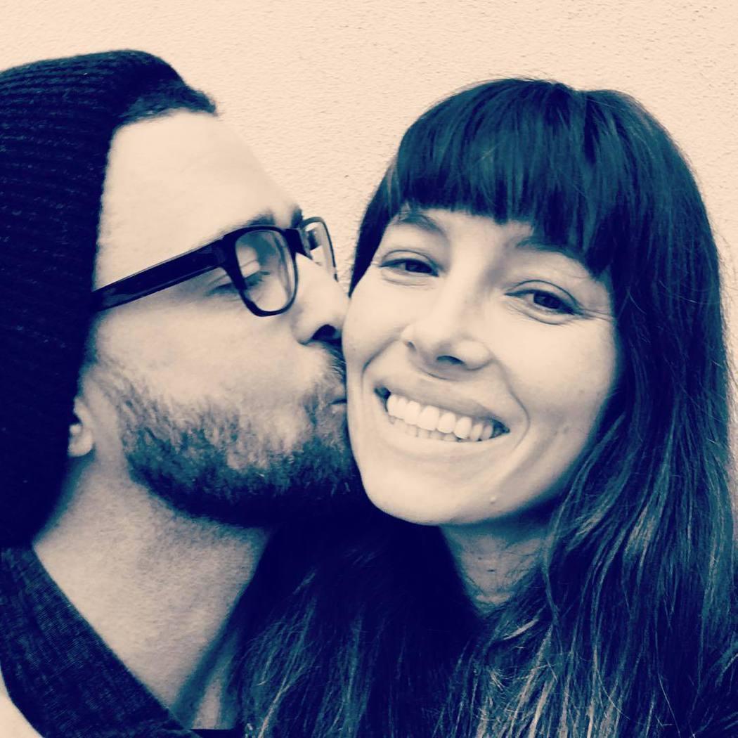 賈斯汀發布親吻妻子潔西卡貝兒的照片,獻上生日祝福。圖/摘自Instagram