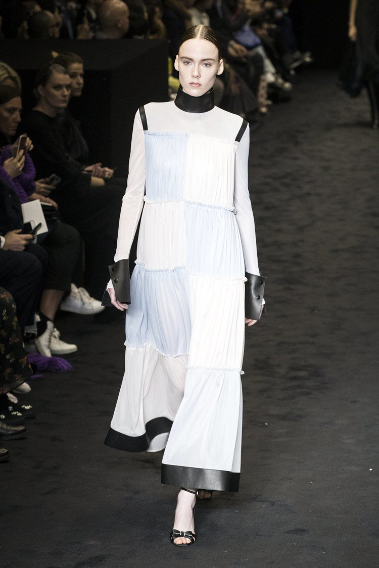 LOEWE秋冬女裝長裙剪裁有巧思。圖/歐新社提供