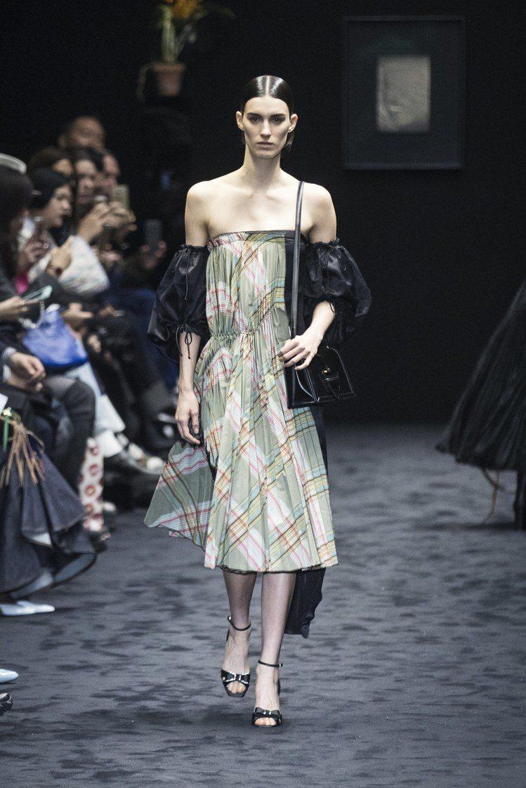 LOEWE秋冬系列,無肩帶禮服搭配可拆式燈籠袖,充滿迷人女性美。圖/歐新社提供
