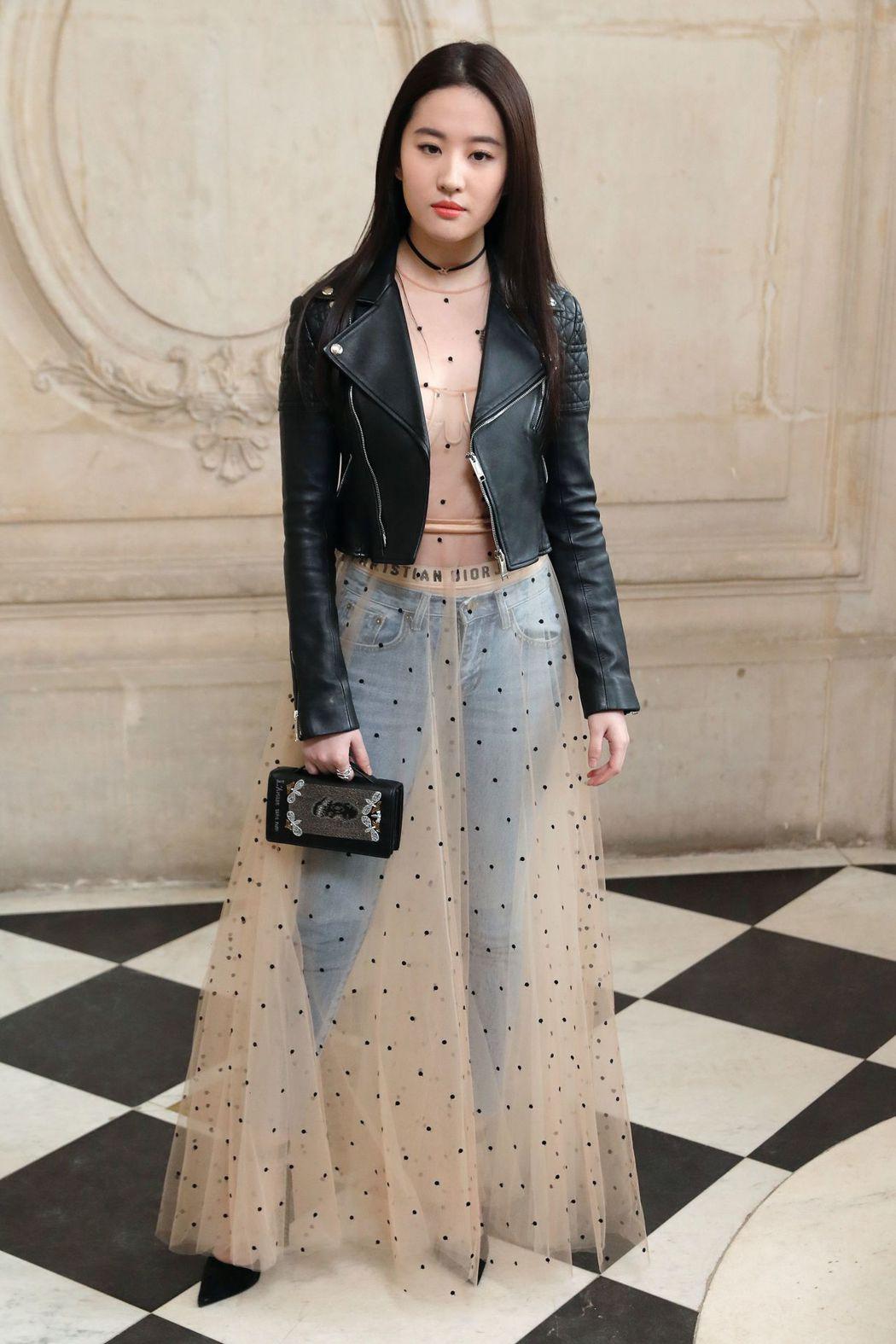 劉亦菲以搖滾混搭Dior仙氣。(法新社)
