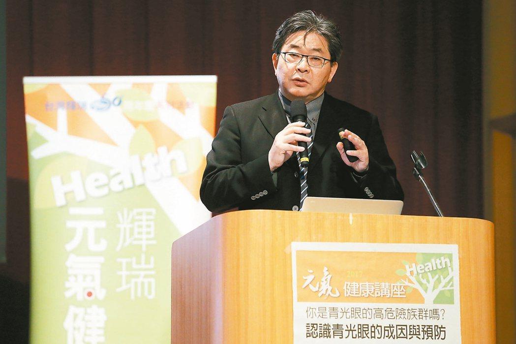 三軍總醫院眼科部主任呂大文(圖)主講「認識青光眼的成因與預防」,提醒民眾留意這個...