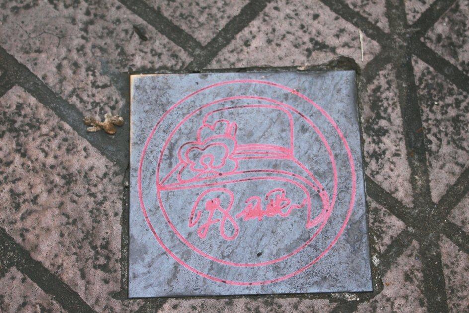 草店尾巷通往鳳飛飛故居路途中,可發現地磚上也有鳳飛飛意象。 記者張雅婷/攝影