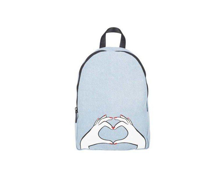 HEART HANDS丹寧後背包,6,980元。圖/LULU GUINNESS提...