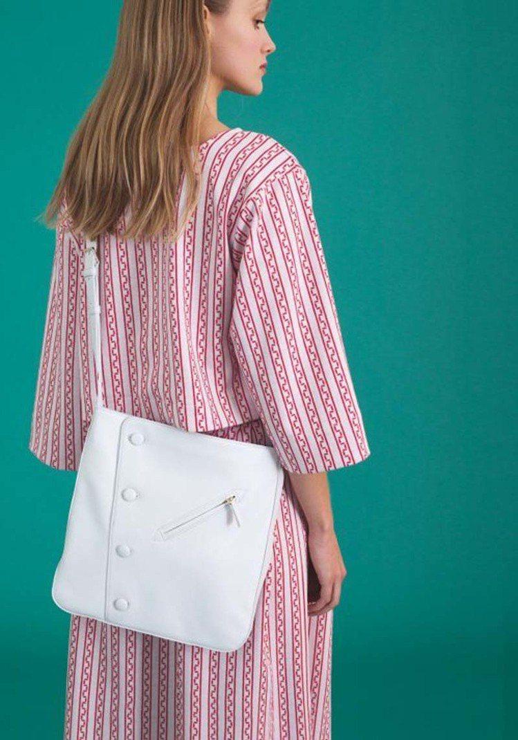 agnès b.推出全新包款「Paris」系列的Le fifre皮革斜背包(價...