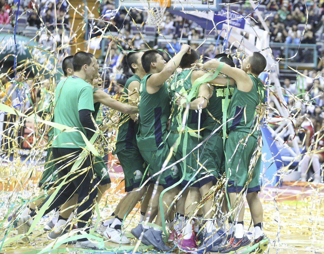 松山高中球員在綠色彩帶中擁抱慶祝。 記者黃威彬/攝影