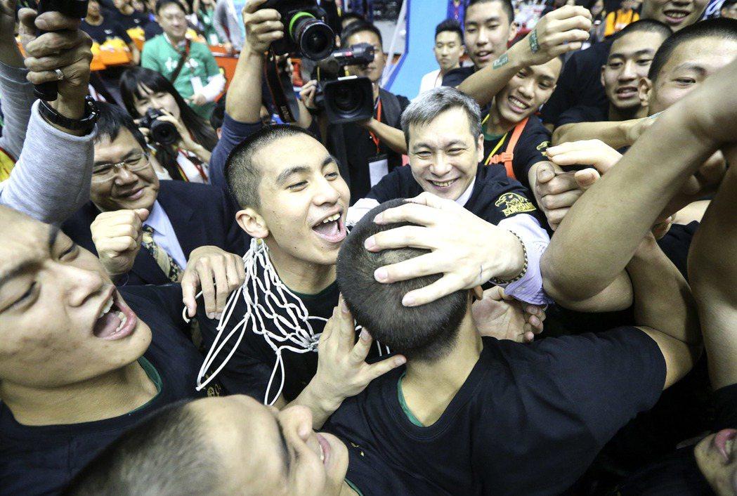 高國豪戴著剪下的籃網,與教練黃萬隆(中)分享榮耀。 記者黃威彬/攝影