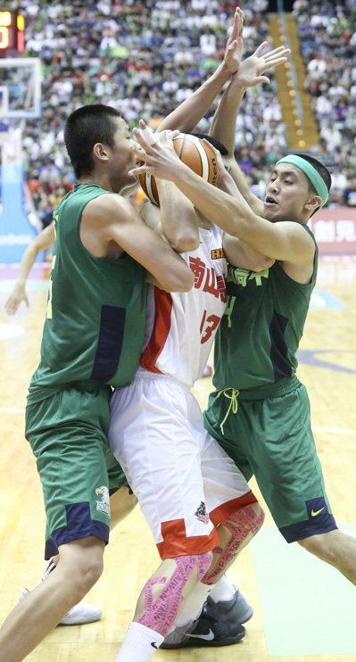 松山高中高國豪(右)在冠軍賽中狂轟38分。 記者黃威彬/攝影