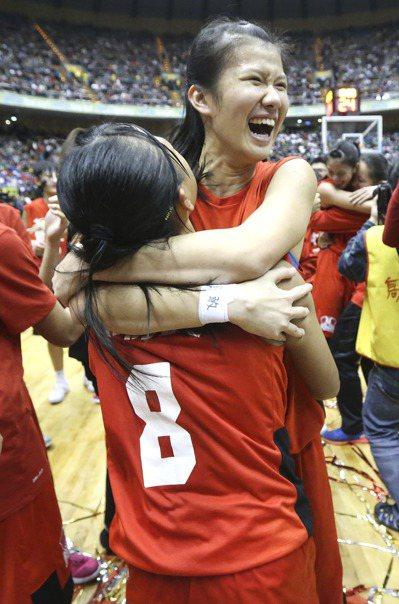 普門高中奪下隊史第2座金盃,隊員互相擁抱道賀。 記者黃威彬/攝影