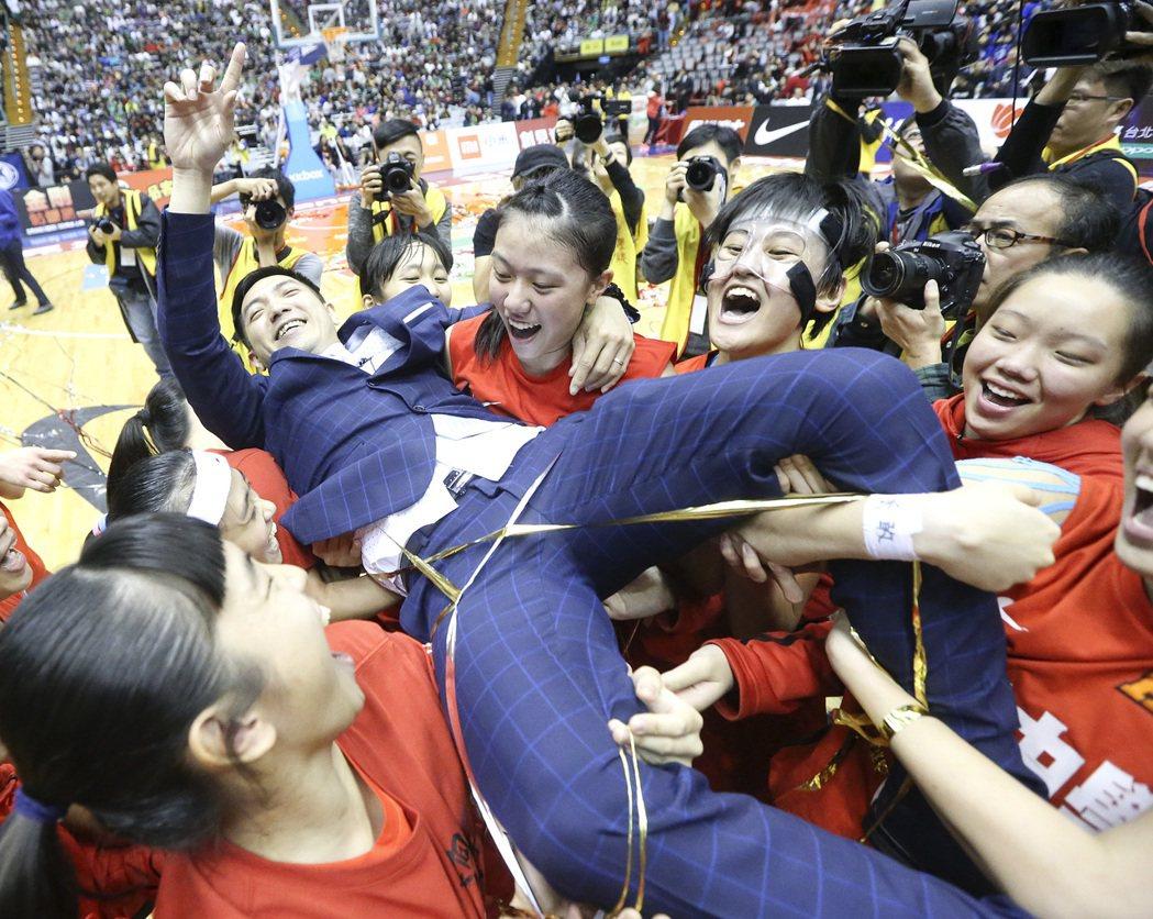 普門高中奪冠當下,隊員將教練舉起慶祝。 記者黃威彬/攝影
