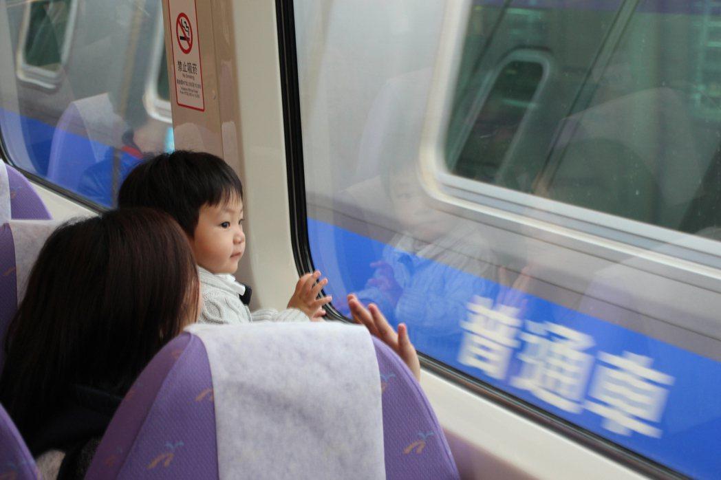 桃園機場捷運分直達車、普通車,從台北車站至機場票價一律160元。 記者許政榆/攝...