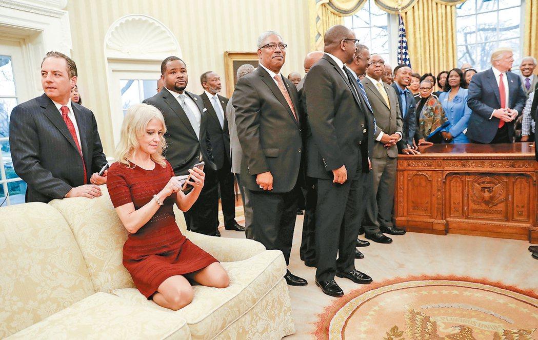 川普在白宮會晤非裔學界代表,白宮顧問康威穿鞋跪坐沙發拍照,又叉腿檢視照片,被指有