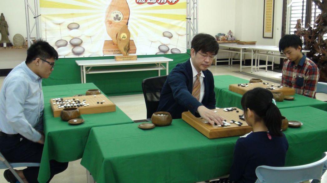 旅日棋聖王立誠今天與3名學子指導對弈,過程約1小時。記者王慧瑛/攝影