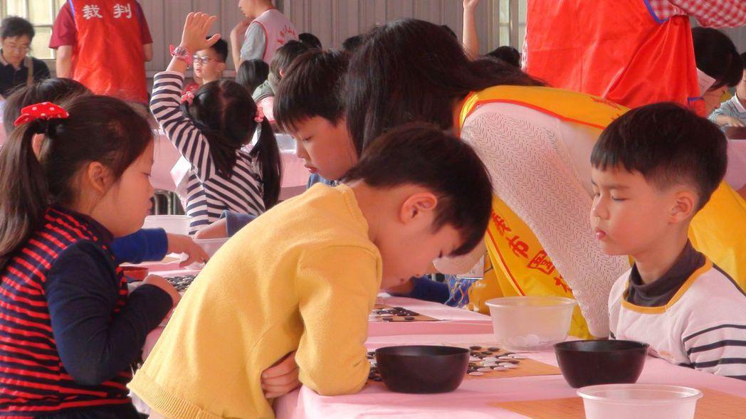 地藏王盃圍棋錦標賽已持續第5屆,規模一年比一年大,今天有來自全台各地968名選手...