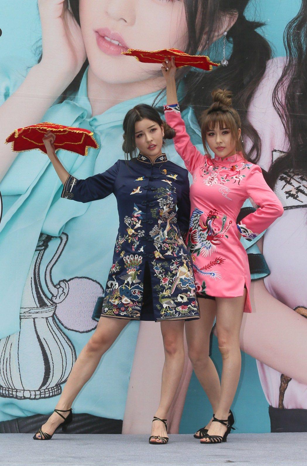 雙胞胎歌手By2在西門町舉辦新專輯「愛又愛」LOVE2 簽唱會,並跳著新歌舞蹈與...