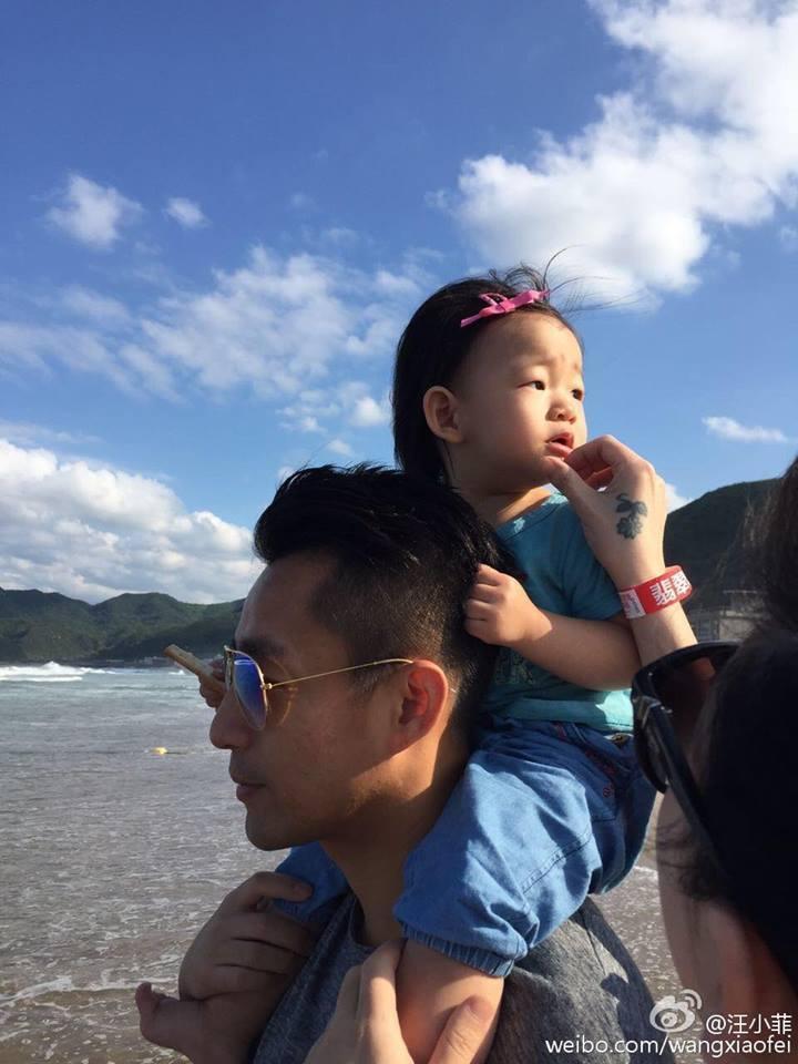 小玥兒最愛掛在老爸汪小菲身上,父女感情超好。圖/摘自臉書