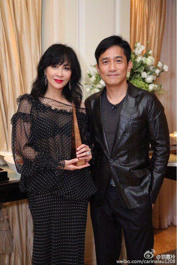 梁朝偉(右)與劉嘉玲夫妻恩愛。圖/摘自微博