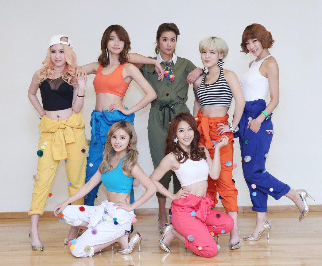 莎莎(中)與新人女子團體XOXO 6。記者陳瑞源/攝影