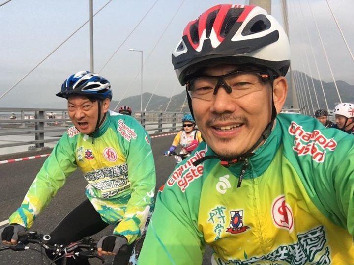 任賢齊與九孔在香港參加單車慈善活動。圖/摘自臉書