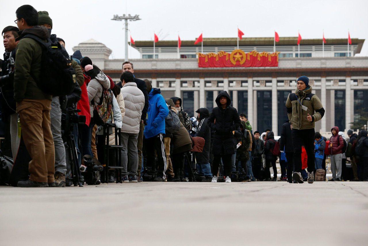 大批全是等著進北京人民大會堂前訪兩會的記者。(路透)
