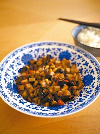 作者依《紅樓夢》調製出來的「茄鯗」貌似一般八寶醬。 莊祖宜/圖片提供