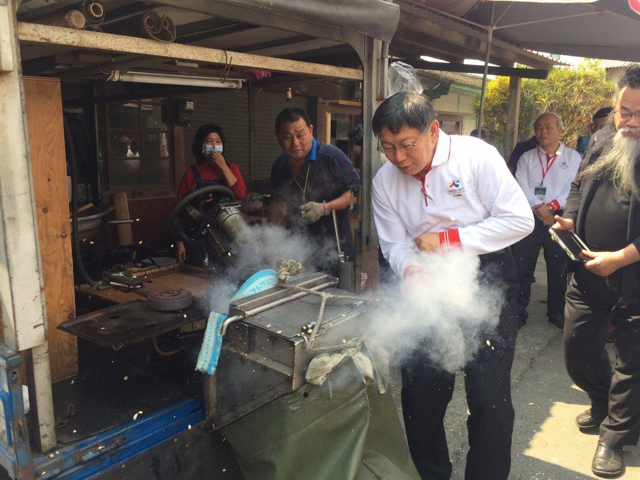 台北市長柯文哲體驗爆米香,他說,已50年沒看過了。 記者吳政修/攝影