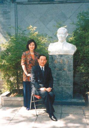 1991年,魏海敏(左)與恩師梅葆玖於梅蘭芳紀念館合影。 圖/魏海敏提供
