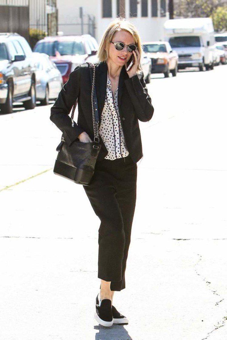 澳洲女星娜歐蜜華茲採單肩背方式背GABRIELLE de CHANEL全黑色羊皮...
