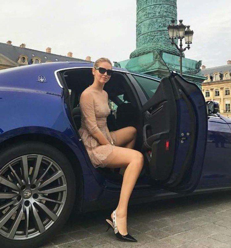 時尚部落客Chiara Ferragni日前參加Dior 2017秋冬時裝秀,穿...