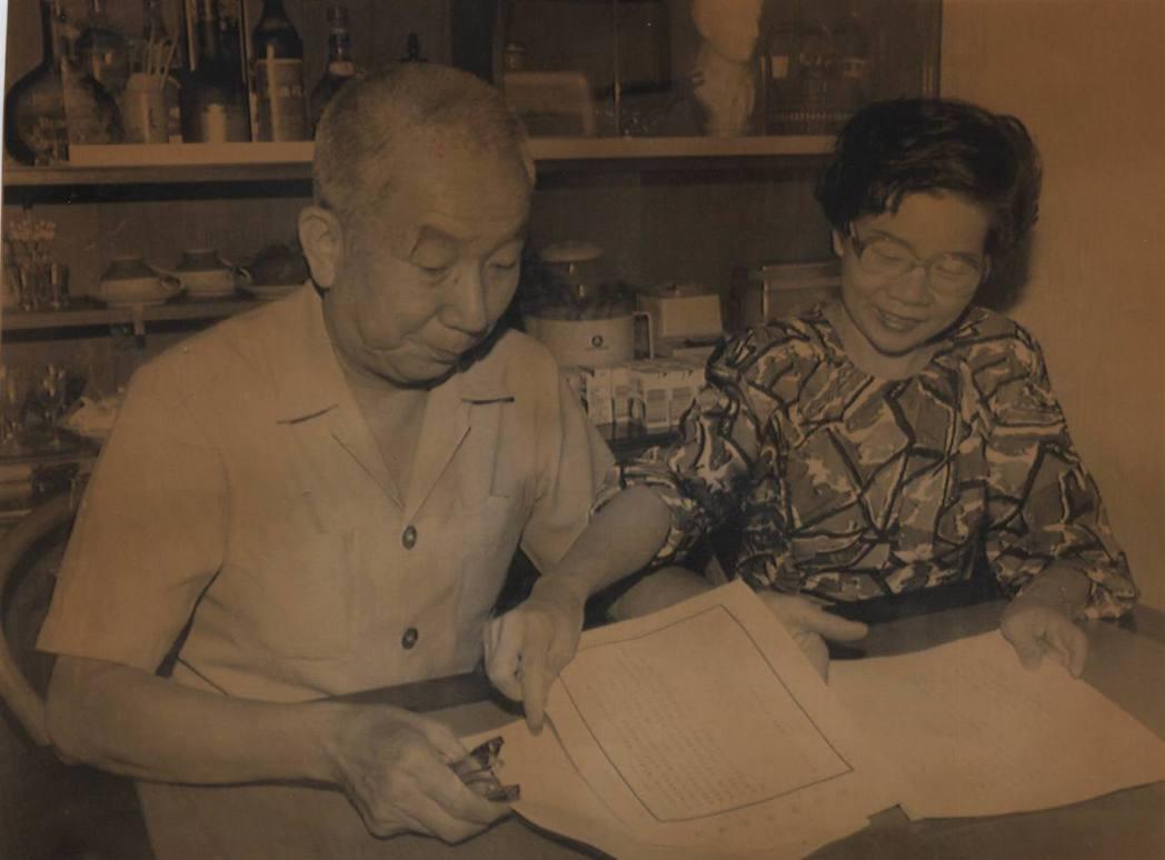 鄧元貞(左)與吳秀琴(右)正在準備資料,向最高法院提出再審之訴。 本報資料照片