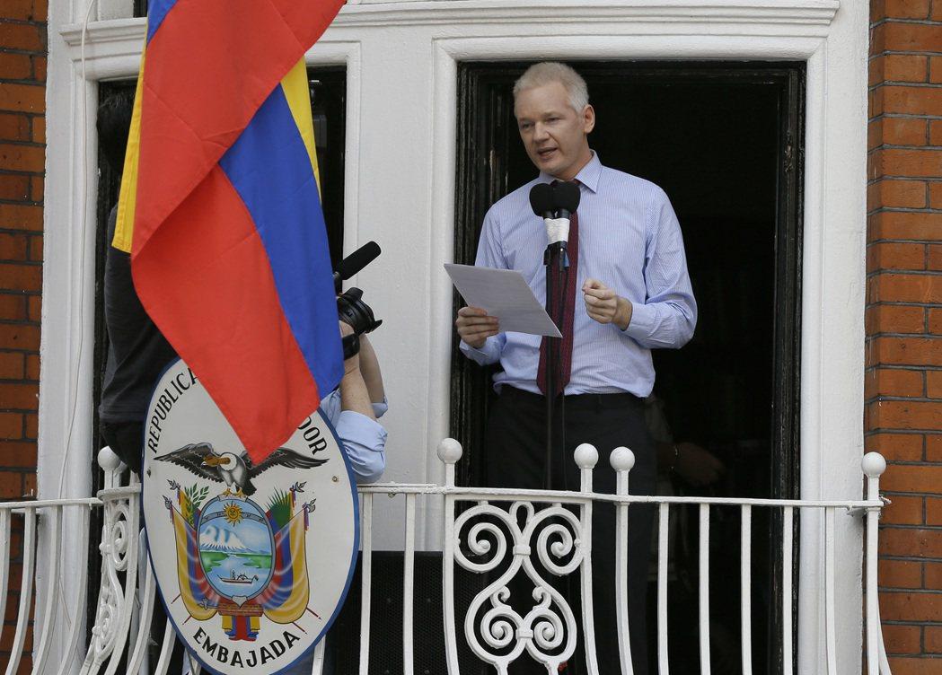 亞桑傑2012年在倫敦厄瓜多大使館陽台對媒體發表聲明。 (美聯社)