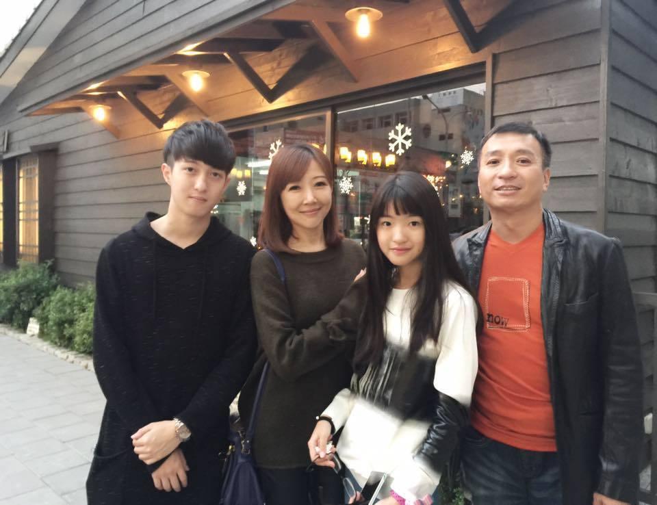 王中平與老婆余皓然出門,常被說是父女檔。 圖/擷自臉書。