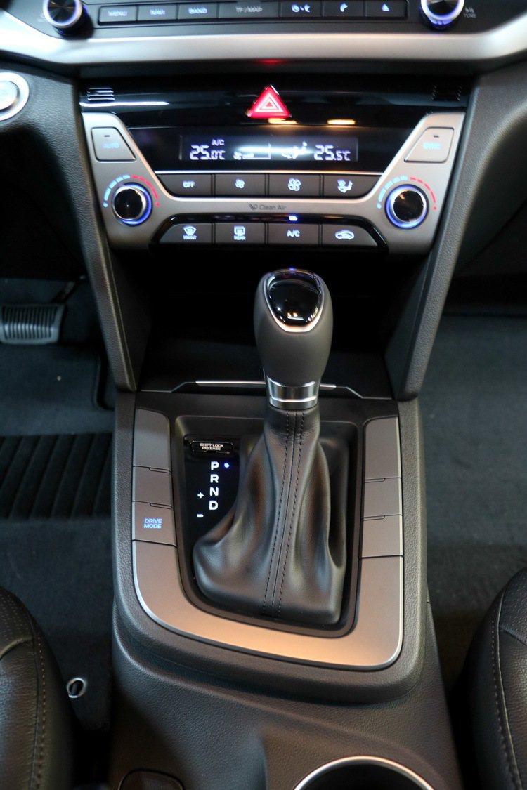 SUPER ELANTRA 2.0汽油菁英款內裝。 記者史榮恩/攝影