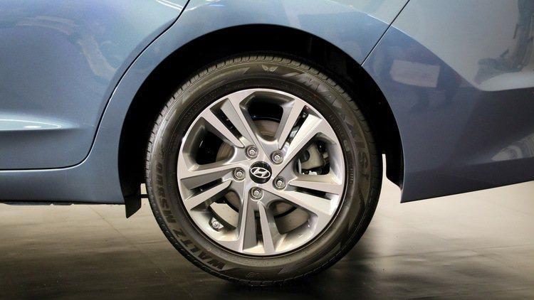 SUPER ELANTRA 2.0汽油菁英款的16吋鋁圈。 記者史榮恩/攝影