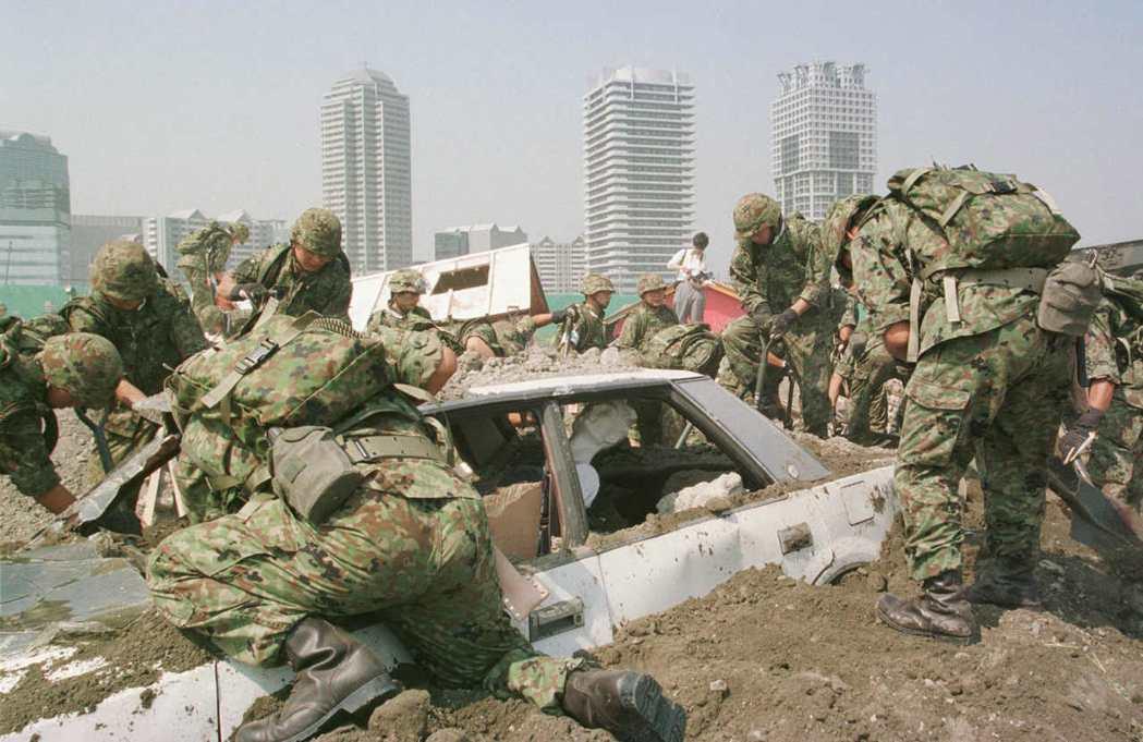 1997年,自衛隊在橫濱的震災救難演習。 圖/美聯社