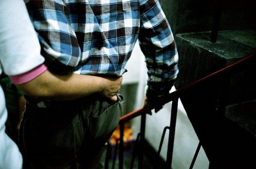 居服員一向是社福事業中的藍領,長期有著薪資收入過低與工時過長的問題。 圖/許伯崧 攝影
