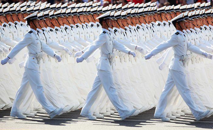 中國攝影師Li Feng在2009年10月1日國慶節,拍攝中國海軍士兵在北京參加...