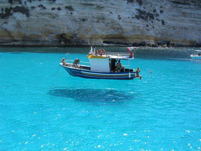 位於馬爾他海中的一艘船,清澈的海中讓船好像在漂浮。圖翻攝自Bored Panda...