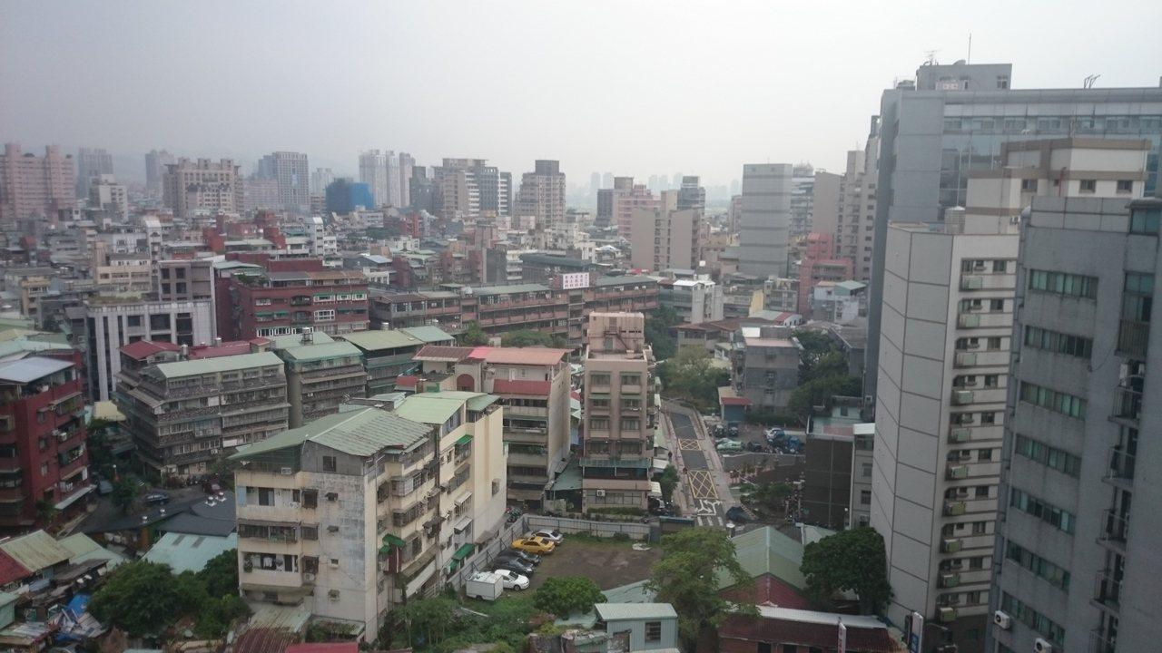台北市不少屋主對於老屋重建已不抱期待,房價打回原形,去年每坪成交單價僅49.7萬...