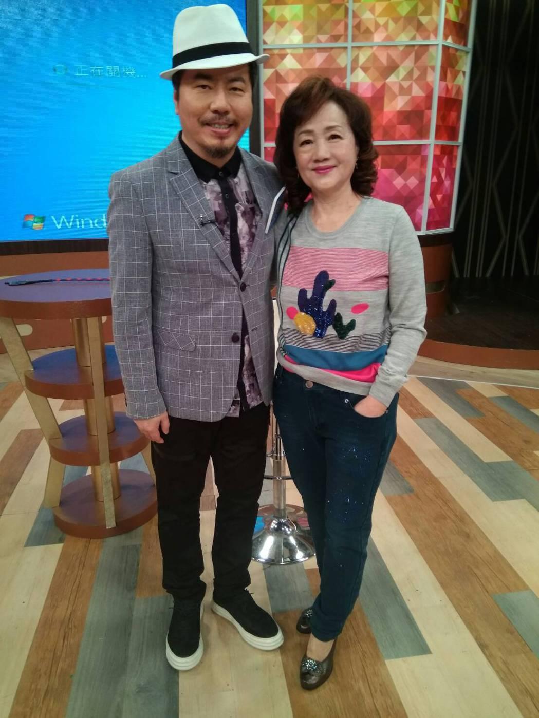 黃國倫(左)和岳母寇媽媽上衛視中文台「一袋女王」。圖/衛視中文台提供