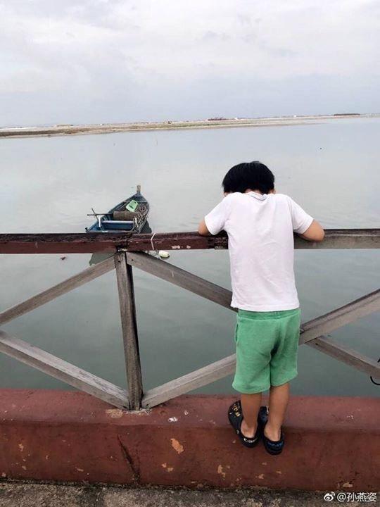 孫燕姿兒子「納小子」背影。圖/摘自微博
